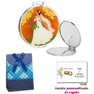 Espejo con una elegante novia con velo, con caja de flores y lazo azul, y tarjeta personalizada