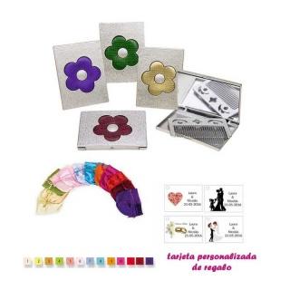 Espejo plateado con una flor grande, y con un peine en el interior, con bolsa de raso multicolor, y tarjeta personalizada