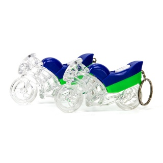 Llavero de una moto con luz integrada, la moto es de color azul, verde y en gran parte transparente, un regalo bastante original