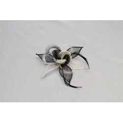Tocado-Peina en flor de sinamay y pluma faisan blanco-negro