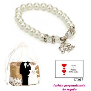 Pulsera de perlas blancas y abalorios con brillantes, y un colgante de elefante