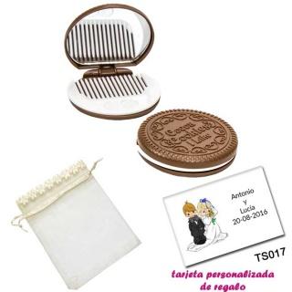 Espejo Galleta Oreo con peine blanco y con bolsa de organza con flores en el filo de color beige, y tarjeta personalizada