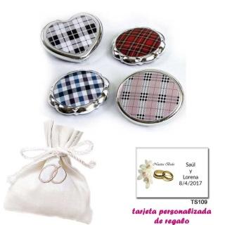 Espejos plateados con cuadros escoceses, con bolsita blanca elegante con alianzas bordadas, y tarjeta personalizada
