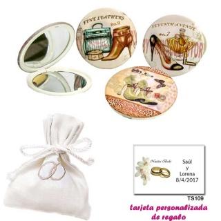Espejos vintage con zapatos de tacón y bonitos dibujos, con bolsita blanca elegante con alianzas bordadas, y tarjeta personaliza