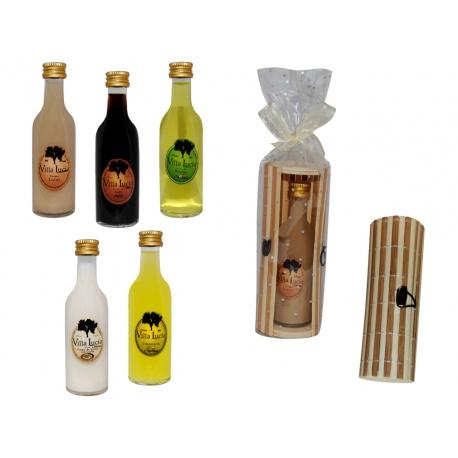 Botella de licor sol en caja de mimbre para detalles de boda