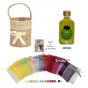 Licor hierbas en cesta bolsa organza y tarjeta