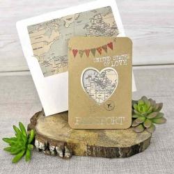 Invitación de boda original sobre corazón con mapa